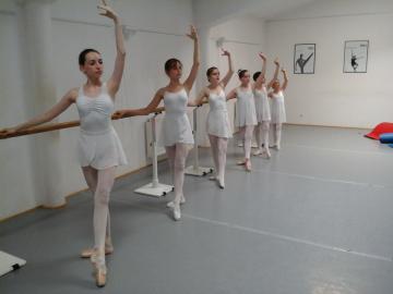 Wir bieten: Ballettkurse für Kinder, Show dance für Kinder , Jazz ab 12 Jahren